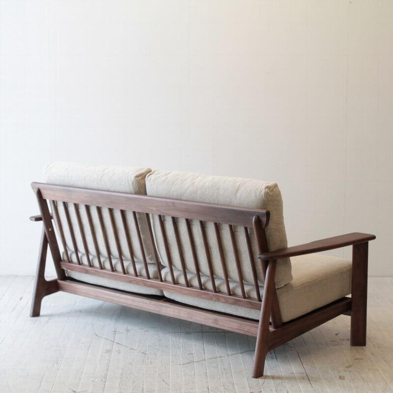 部屋の真ん中に置きたくなる美しい2.5人掛けソファ